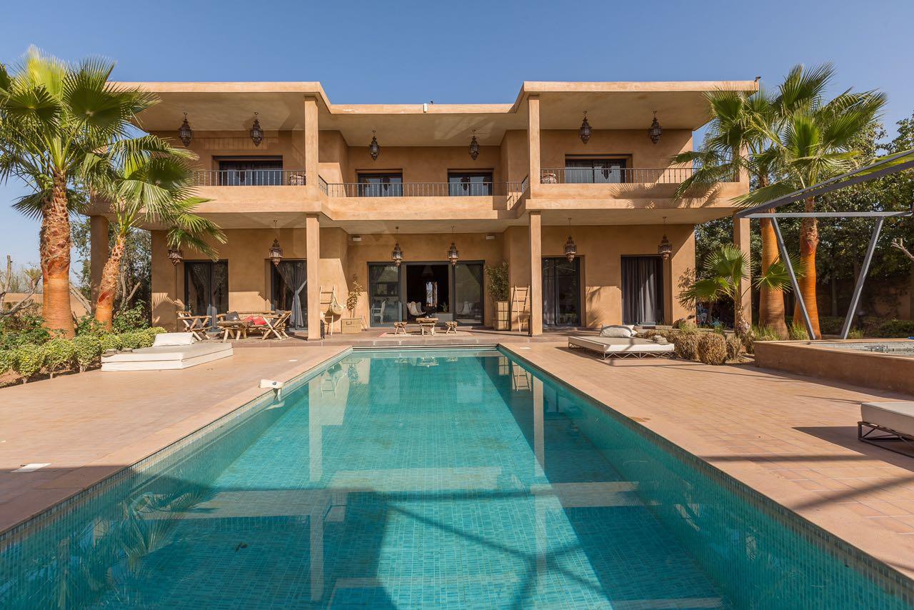 Vente villa marrakech tres belle villa moderne vendre amelkis marrakech akkar immobilier for Belles villas modernes